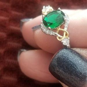 Jewelry - Pretty green stone ring!